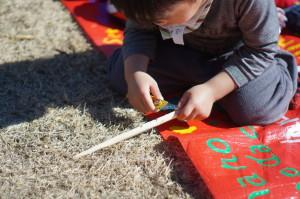 箸を削る3歳児